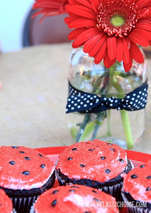 Cupcakes and flowers on a table