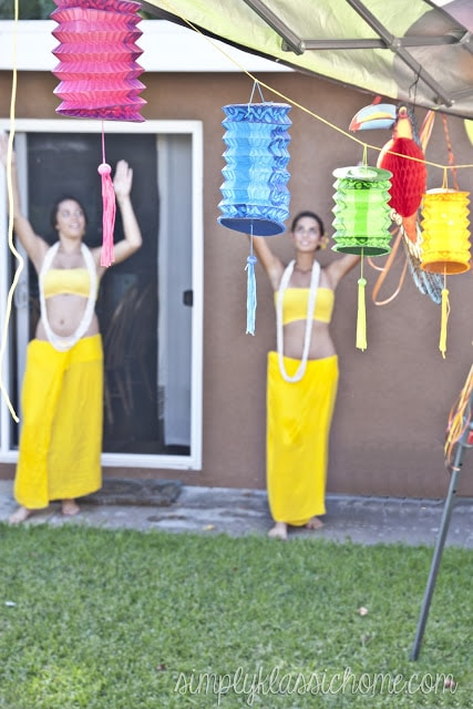 Polynesian dancers with yellow outfits