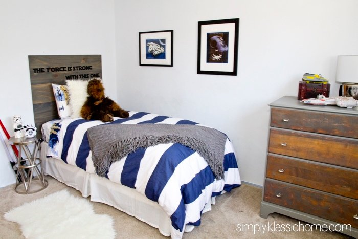 Boy\'s bedroom with a bed and desk