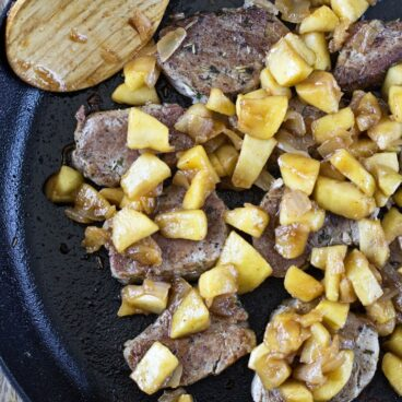 A pan with pork and apples