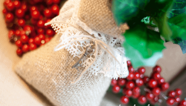 Christmas Crafts: Burlap & Lace Sack