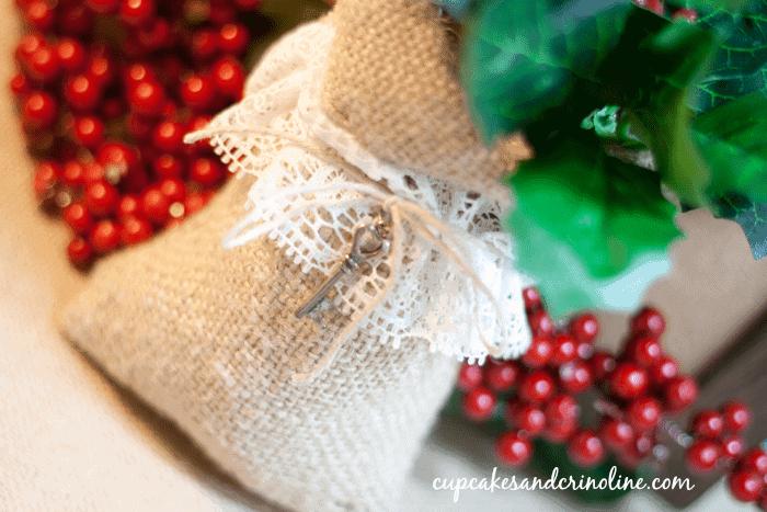 Christmas Crafts: Burlap & Lace Sack