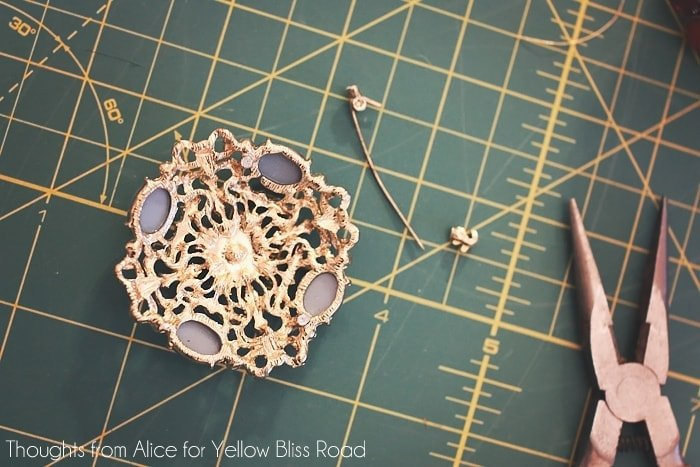 How to make boho glam napkin rings from old brooches.