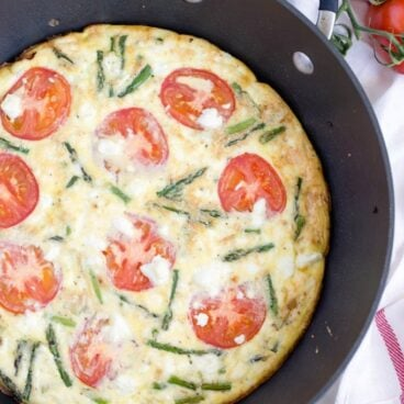 Pan of frittata with asparagus and tomato