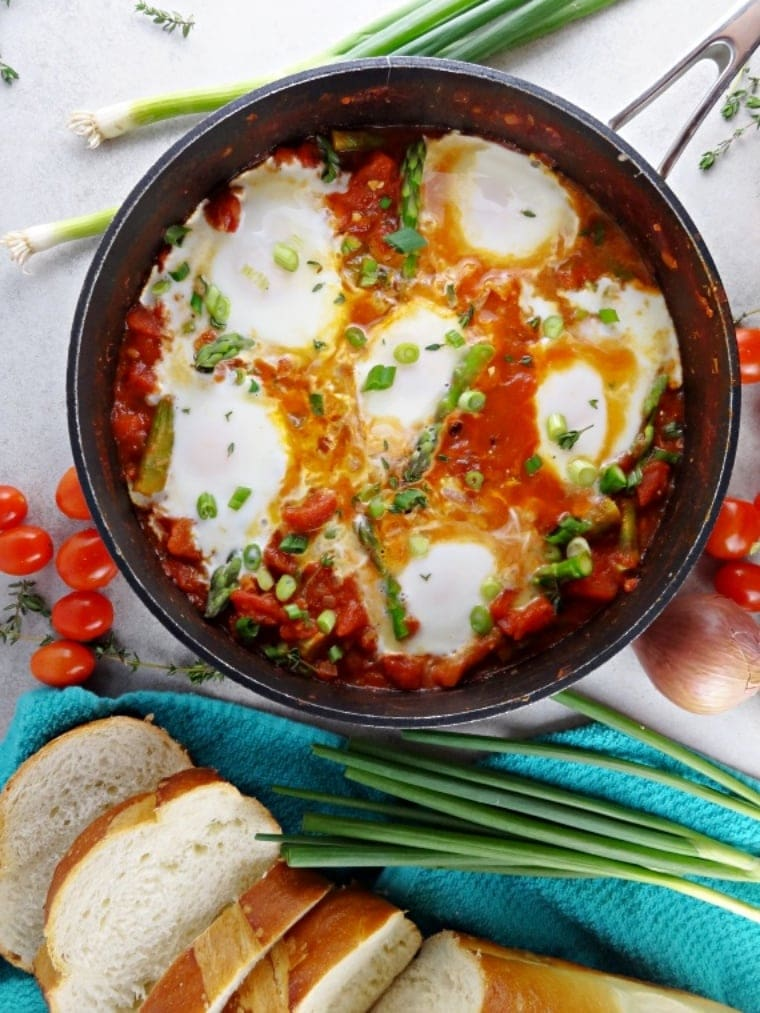 Asparagus Shakshuka is a delicous and easy dinner. Get the recipe for tonight!