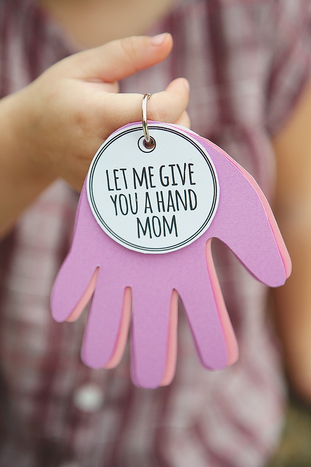 \'Let me give you a hand mom\' key ring sign