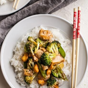 Cashew Chicken and Broccoli is a quick and easy dinner that everyone will love! Baked in the oven with a sweet and savory sauce, it's ready in less than 20 minutes!