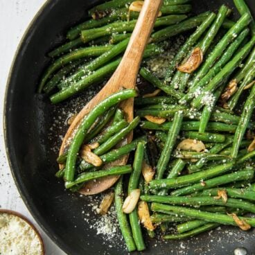 A pan of sauteed green beans